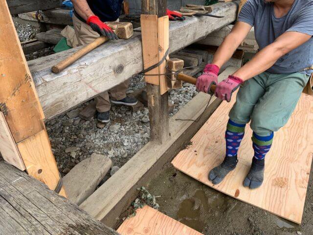大断面の木材と柱を縛る様子
